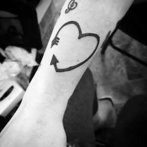 tatuaje de flecha corazón