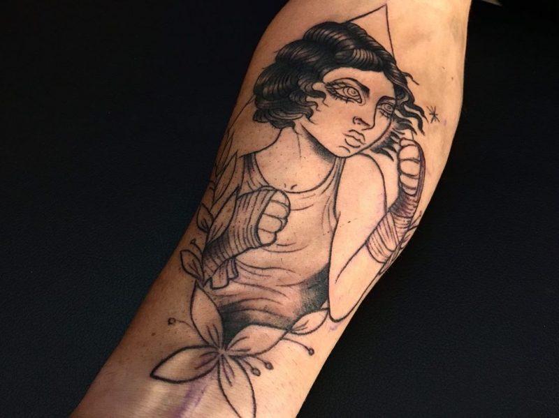 Tatuaje de mujer boxeadora