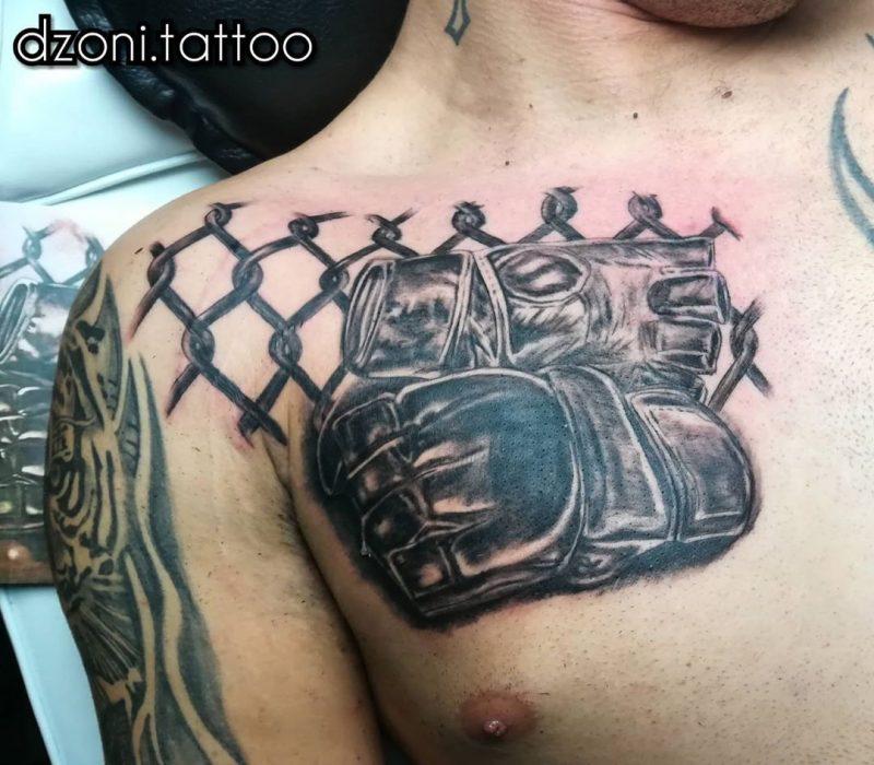 Tattoo de guantillas con un trozo de la red del octágono
