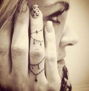 tatuaje en los dedos