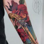 pistola tatuada